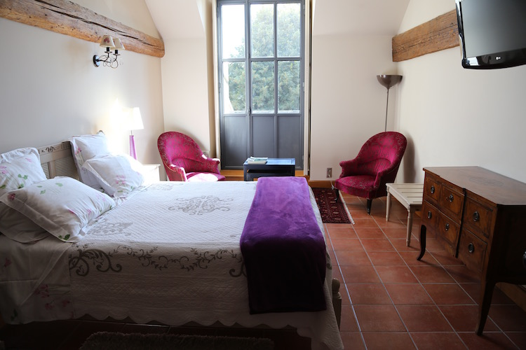 Image of a guest room at Les Jardin de Lois in Beaune.