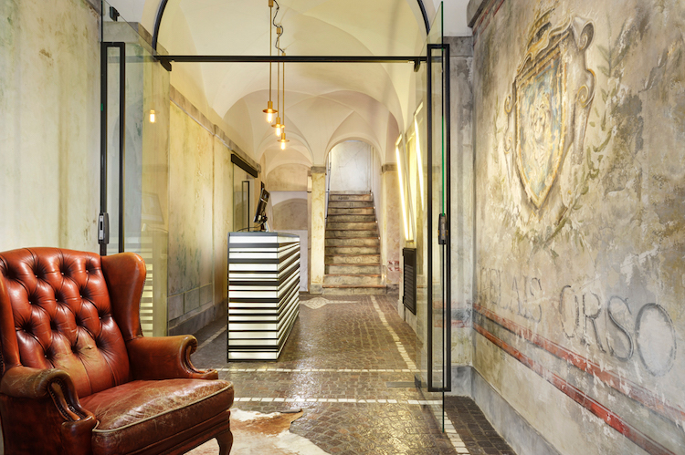 The lobby of the hotel Relais Orso in Rome